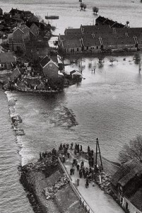260px-watersnoodramp_1953_dijkdoorbraak_den_bommel